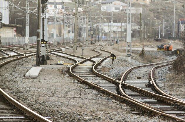 Rett linje: Artikkelforfatteren har ingen motforestillinger mot at det satses på toget og at jernbanelinjene moderniseres. Men i forlengelsen av fylkets ordføreres appell kommer problemstillinger og spørsmål befolkningen fortjener svar på. foto: espen vinje