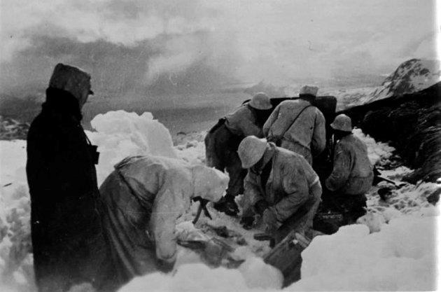 Det er et nærmest uuttømmelig potensial for å skrive både offer- og heltefortellinger fra nord basert på de kildene vi faktisk har tilgjengelig. Det er ikke nødvendig å gjøre seg til offer for en ikke-dokumenterbar konspirasjon i tillegg, skriver Joakim Aalmen Markussen. Bildet viser norske soldater i slaget om Narvik.