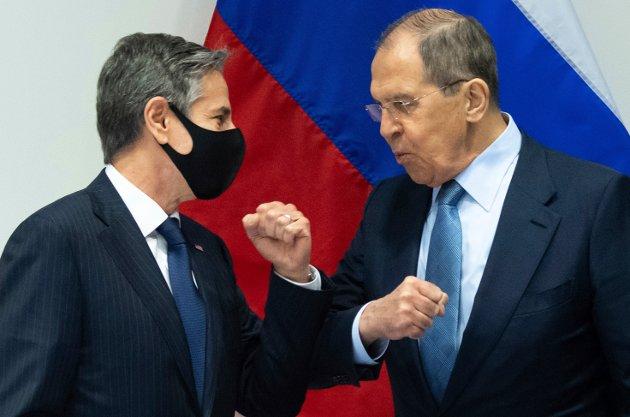 USAs utenriksminister Antony Blinken hilser på sin russiske kollega Sergej Lavrov foran et møte mellom de to lands delegasjoner i Reykjavik onsdag 19. mai.
