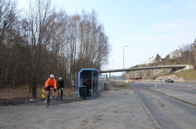 FISKEVOLLEN: Bussholdeplassen skal oppgraderes i forbindelse med at det lages ny gang- og sykkelvei her langs E18/Mosseveien ved Fiskevollen.