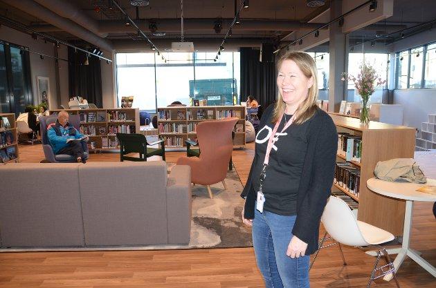 SLETTA: Heidi Scarth Hansen viste fornøyd frem biblioteket på åpningsdagen. Dette området kalles Sletta.