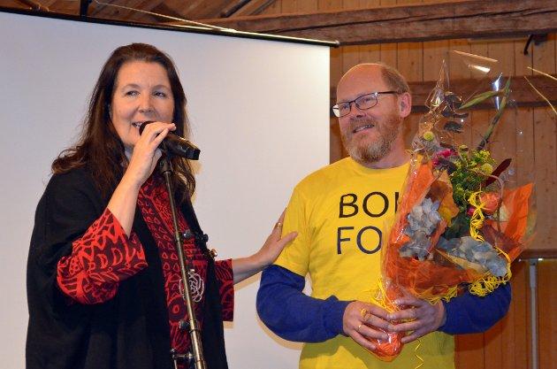 ROS: Bokhandler Kai Gjølberg mottok blomster fra Tone Gellein. – Alle vi som elsker bøker er helt avhengige av deg, sa hun, til applaus fra de frammøtte.