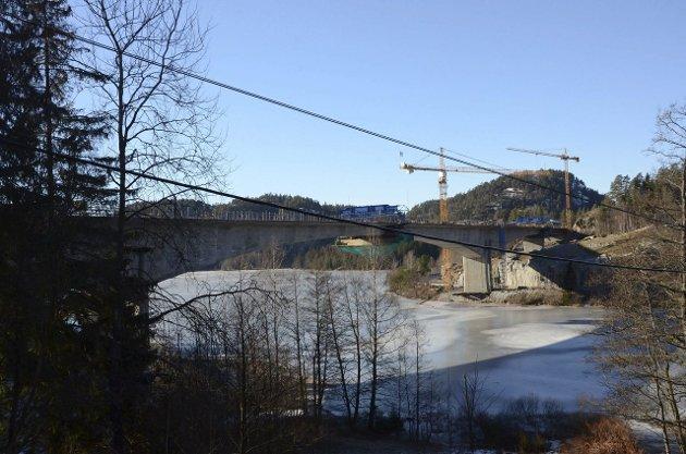 Ruver: Den store brua over Hallevannet har blitt til et nytt landemerke i Larvik.