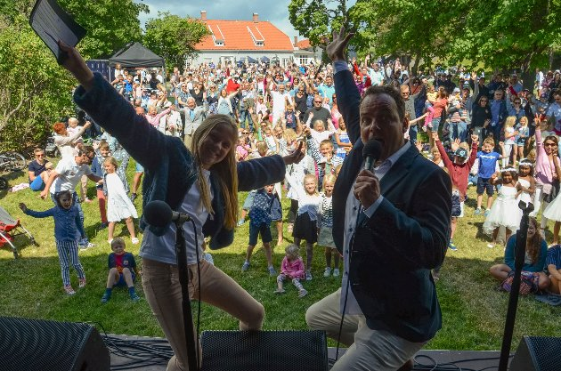 Stor stemning under folkefesten på Tollerodden. Her er 11 år gamle Eila Aartun Nord og quizgeneral Olav Rønneberg i sving på scenen foran publikum.