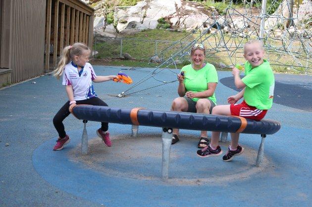 TILPASSET KONSEPT: Hege Melby (i midten) var egentlig spikke-ansvarlig, men som følge av sommer og varme endret Lardal-damen til vannpistol-krig. De hun leker med er Inez Nelson (til høyre), også Lardal, og Nelly Bjerke Evensen fra Sandefjord.
