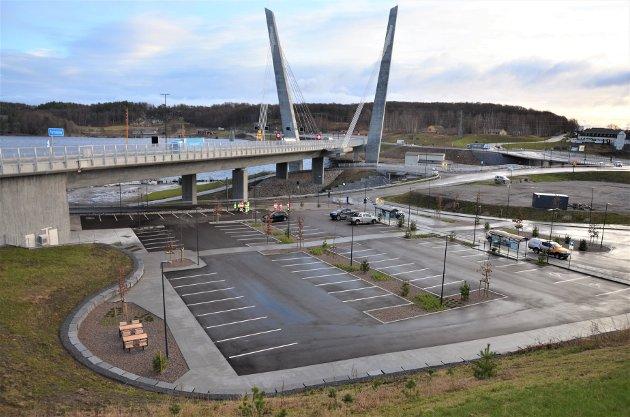 STORT PROSJEKT: Den nye pendlerparkeringen er stor og flott. Forfatterne av dette innlegget lurer på om de får være med bussen herfra.