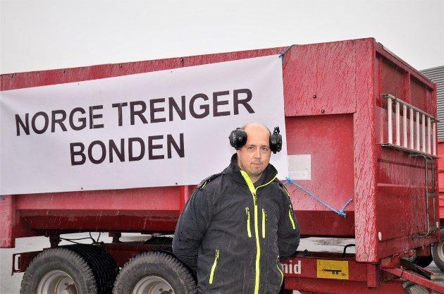Thomas Pettersen er talsperson for bondelaga i Larvik. Her fra markeringa av bruddet i jordbruksforhandlingene sist mandag.