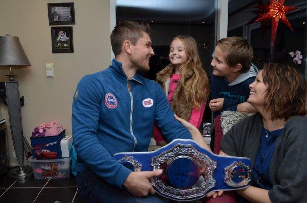 Robert Paulsbyen kommer hjem med VM-beltet, her sammen med kona Gine og ungene Jonathan og Aleksandra. Foto: Rune Hagen