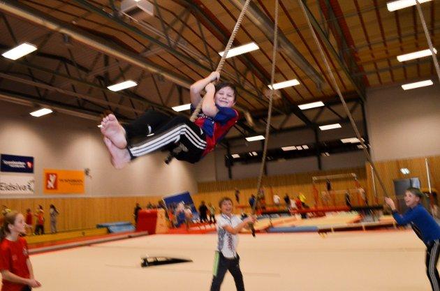 TAU-GLEDE: Linus Halvorsen, 11 år koser seg i tauene i den nye gymsalen ved Rena skole. Foto: Rune Hagen