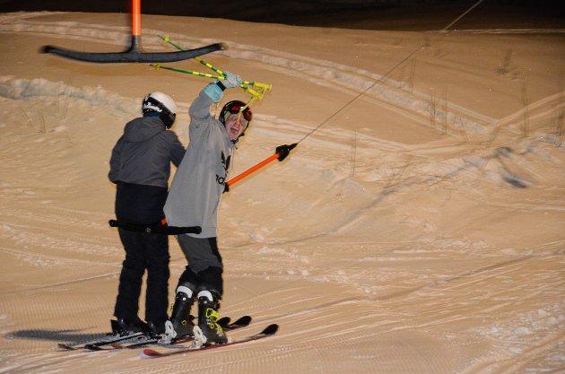 Ivrige ungdommer kunne endelig teste ski og snowboard i bakkene på Skillevollen igjen.