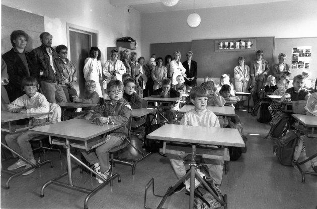 Gruben barneskole 1989. De 26 elevene i 1A ved Gruben Barneskole hadde trange kår i går. Det klasserommet de egentlig skal ha, kunne ikke benyttes på grunn av muggsoppen. Dessuten ble nesten 30 foreldre med inn i klasserommet.