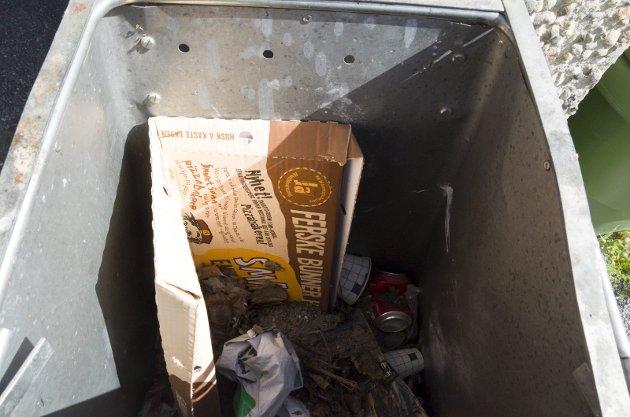 En salig blanding av papp, bokser og annet avfall i en av søppeldunkene på utsida av Rådhuset viser at sorteringen ikke alltid er god.