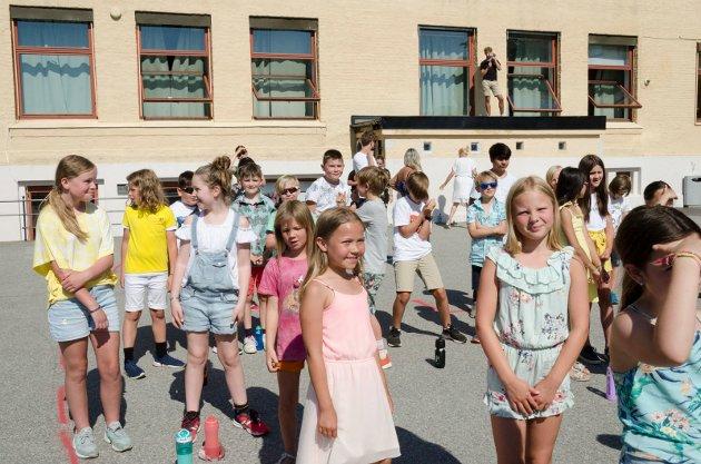 IVRIGE BARN: I skolegården var glade og ivrige barn samlet.