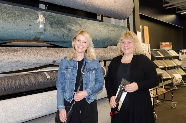 TEPPER: Karianne Bakke Loe og Vivian Bakke fikk bestilt nytt gulvteppe da de kom innom Jernia.