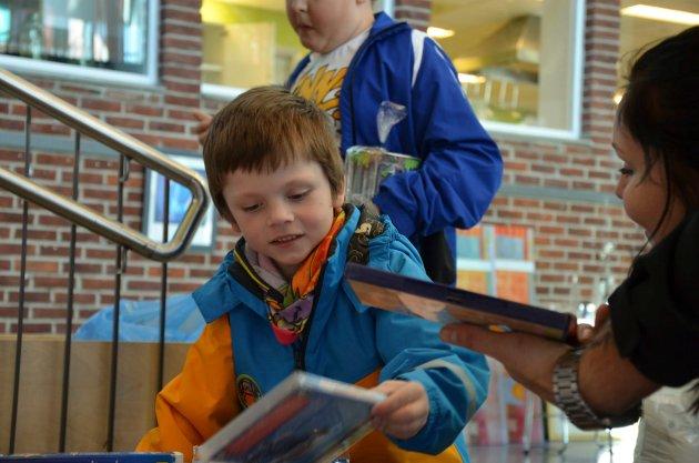 Oliver Tvedt Westerhus (6) har funnet noen interessante DVD filmer. Her får han hjelp av mamma Monica Tvedt Jansen.