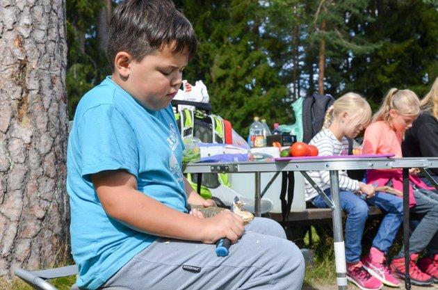 SPIKKER: Odin Nygård Dias Sørensen (9) er en av to gutter som er med på aktivitetsdagen på Vesledammen i Røyken.