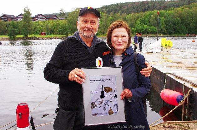 Styremedlem Synne Corell i Kulturvernforbundet overrakte Kulturminnedagsprisen 2019 til Nærsnes kystlag v/leder Knut Myrvold.