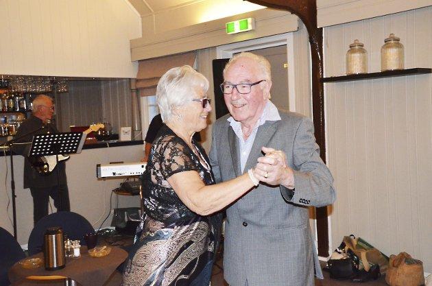 Dansen går: Ragnhild Bratli, leder av Eidsberg Pensjonistforening innledet dansen som varte til langt på kveld.