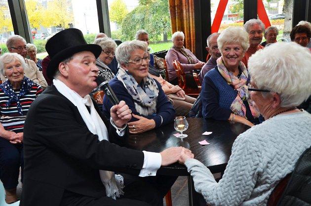 Eldredagen ble markert på Askim kulturhus fredag ettermiddag. Entertaineren Kai Robert serverte gamle låter fra Jens Book-Jenssen i cabareten «Det er lov å være bli'!» foran et ivrig publikum. Markeringen var i regi av Eldrerådet og Den kulturelle spaserstokken. Her med Karin Kjoshagfen, May Sissel Skjolden og Turid Haygen.