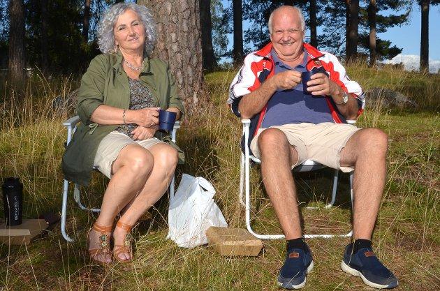 VELDIG DEILIG: – Vi kjøpte med oss kebab og tok en tur i Folkeparken for å nyte det herlige sommerværet i solen. Skikkelig deilig. Vi er en del her i parken og synes stedet er topp, understreker Sabina Haracic og Knut Neegaard avslappet og smilende i campingstoler.