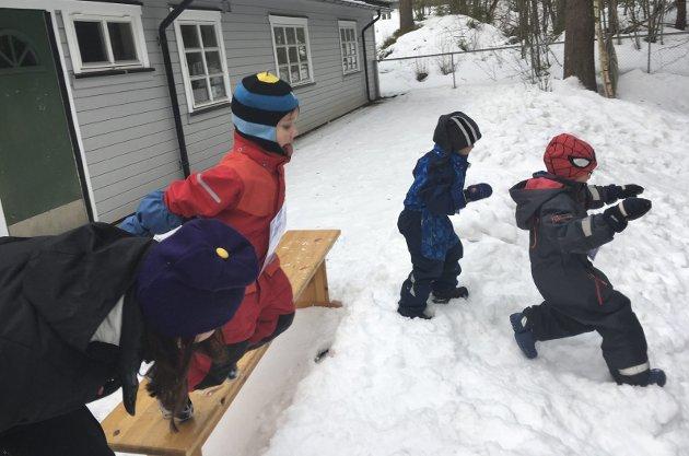 Skihopp uten ski: Tonje står klar på hoppkanten. foto: Ebbestad barnehage