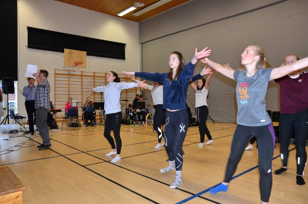 Ung i Valdres med øving på Valdres vidaregåande skule på Leira i helga.