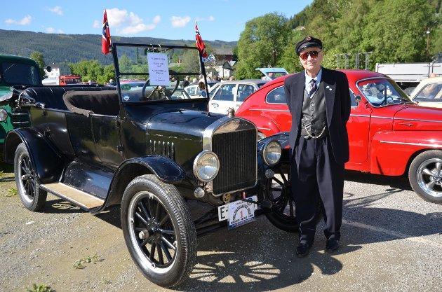 VETERANER: Ole Birger Gjevre stilte på sedvanlig vis opp i konfirmasjonsdressen da han og T-Forden fra Kjørstadhaugen la ut på det som er begges 41. Valdresløp. Han er den eneste deltakeren- og Forden fra 1925 den eneste bilen, som har deltatt i samtlige løp.
