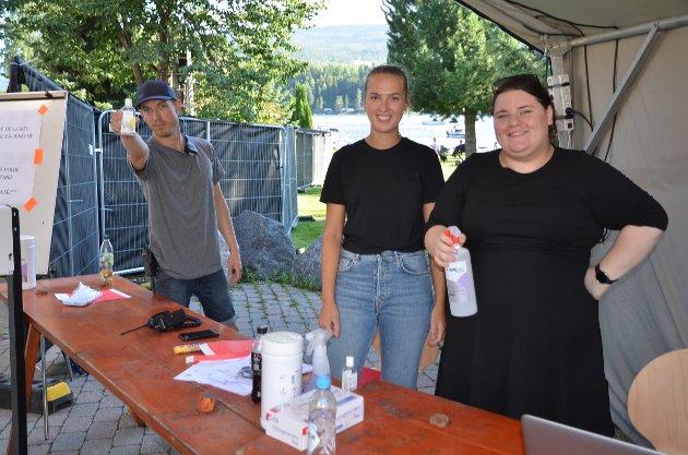 Sprit: Lars Isachsen Jemterud (f.v.), Emma Øverseth og Solveig Skogstad tok imot publikum med strengt smittevern.