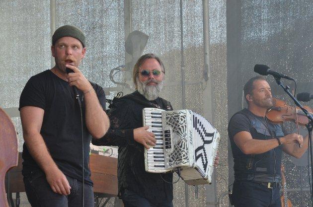 Ny sang: Staut-vokalist Gaute Lein Ausrød har fått sin egen sang. Den ble framført som urpremiere fredag kveld og heter «Lett å vera kødd, men det køsta å vera kar». Den handler om Gaute som har arbeidet i skogen etter at koronapandemien satte en stopper for Staut-konsertene. Hør litt av den her.