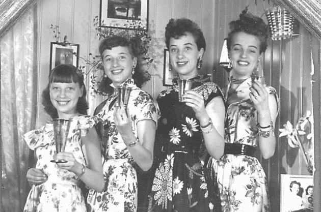 LANDSKJENTE SØSTRE: Bildet av Bjørklund-jentene er tatt på 50-tallet av Alle Kvinners fotograf hjemme i vokterboligen i Nittedal. Fra venstre Laila, Bjørg, Sigrund og Astrid.