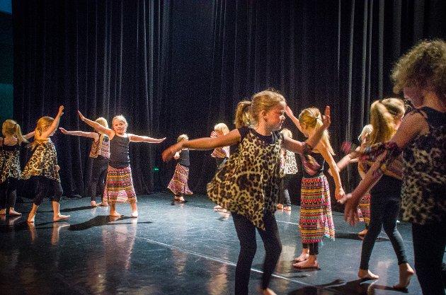 Nesten 100 barn og unge i alderen 6 til 18 år deltok på oppvisningen Brevik Danseverksted holdt på Grevlingen i Son.
