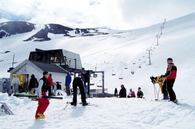 LANG HISTORIE: Skisenteret på Stryn har historie tilbake til 1960-tallet, bildet er fra 2000. Stolheisen ble bygget på 1980-tallet. Tidligere var det også en T-heis, men den settes ikke lenger opp.   FOTO: Øystein Søbye / NN / Samfoto / DIAS 14,9 MB TIF 18.05.01 13:14