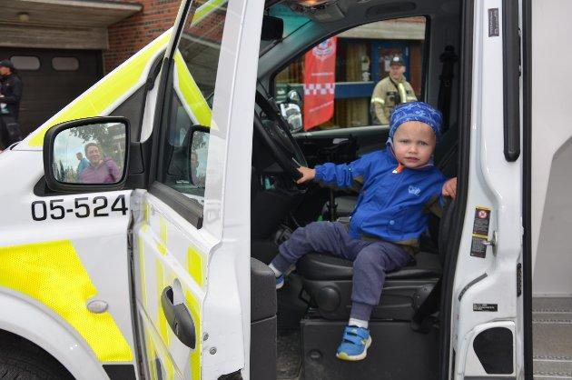 Aleksander Tollan Trønnes (2) fra Alvdal syntes det var stas å sitte i politibilen.