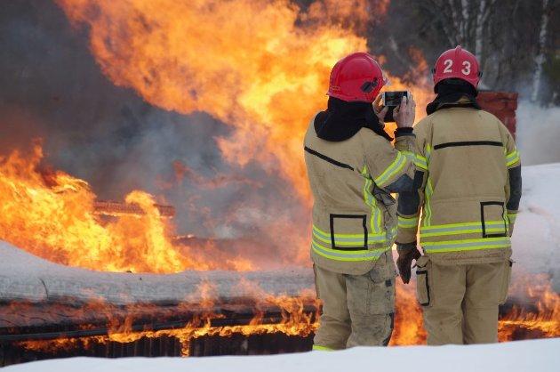 Brannmannskapene dokumenterer øvelsen.