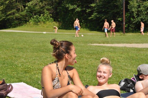 - Breivoll er et bra møtested, vi digger Breivoll, sier Madelen Toftner (17) fra Vestby og Julie Eng Ask (17) fra Vinterbro.