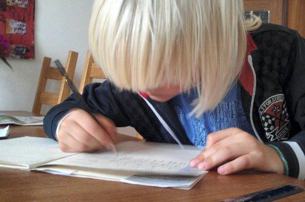 VIL AVSKAFFE LEKSER: Anette Alexandra Dey mener alle leksene i Åsskolen gir umotiverte barn og hun stiller spørsmål ved hvor mye elevene faktisk lærer av å gjøre lekser.