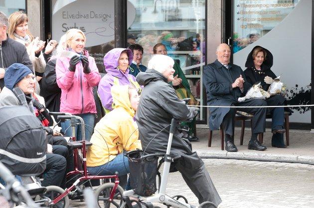 Kong Harald og dronning Sonja i Bodø søndag. Reisen inngår som en del av markeringen av Kongeparets 25-årsjubileum. Foto: Lise Åserud / NTB scanpix