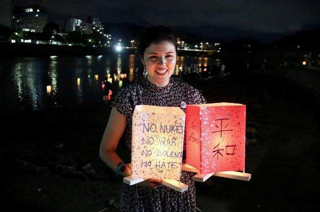 Hiroshima glemmer aldri. Markering av årsdagen for bombingen av Hiroshima. Nei til atomvåpens daglige leder Akari Izumi.