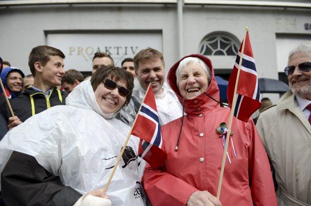 Lisa Husa (t.v.) har en gjeng hun feirer med hver 17. mai. Her sammen med skotske Freda Træet, og Lisas bror, Tommy (i midten) som har reist fra Stockholm for å feire i Bergen. Til høyre er erkebergenseren Jonna, Lisas mann. – Et funn for meg som elsker 17. mai. FOTO: MADS TRELLEVIK