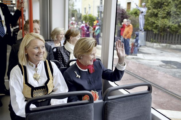 – Tirsdag 22. juni er det elleve år siden dronning Sonja (t. h) åpnet bybanestrekningen mellom Byparken og Nesttun. Trass heftige protester gikk det veldig bra med første byggetrinn. Har vi ikke kranglet nok om de neste nå? FOTO: BA ARKIV