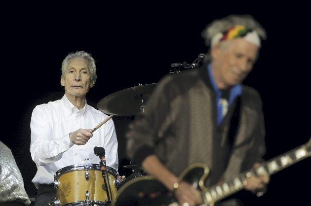 Trommisen i The Rolling Stones, Charlie Watts (t.h.) er død. Han ble 80 år gammel. – For Stones var han en gave, skriver spaltist Chris Tvedt. FOTO: Markus Schreiber/AP-NTB