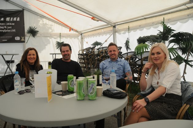 Camilla Isom (t.v.), Roger Wiig med innreisetillatelse fra Tasta, Frank Husebø og Monica Vistnes ventet tålmodig på at Marion Ravn skulle komme på scenen.
