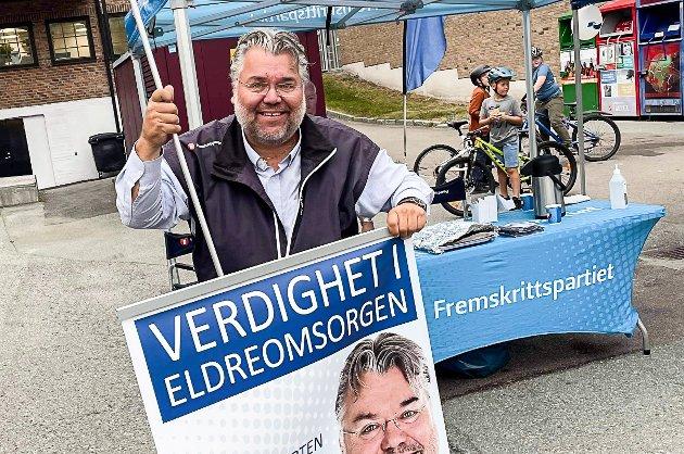 FORNØYD: Morten Wold (Frp) sto på stand i Vikersund flere ganger under valgkampen. Nå takker han moingene for solid støtte i stortingsvalget og fornyet tillit som stortingsrepresentant.