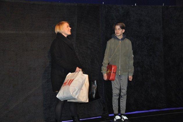 Marianne Næss spiller moren til Steinar(Emil Aker Opdahl). Han må bli med når hun flytter til Mjøndalen.