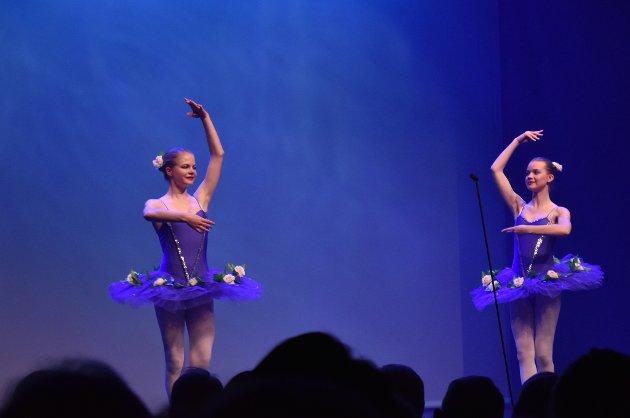 TRIPPET LETT: Ballettdansere fra Rogne ballett danset til musikk av Rikard Nordraak og Edvard Grieg.