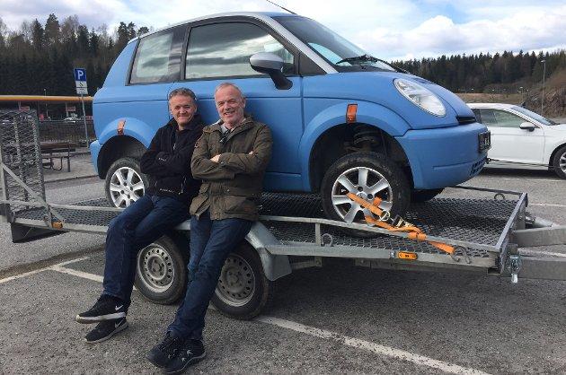 PÅ HENTEDAGEN: Her poserer Peder Blindheim og Frank Sveen stolt ved bilen den dagen de hentet de.