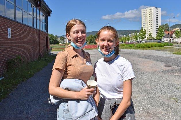 HATT COVID-19: Søstrene Ida (21) og Carina Karseth Ellingsen (18) hadde korona i mars, derfor slipper de unna med én vaksinedose. Ida sier at hun gleder seg mest til å være mer sosial igjen, nå som hun er fullvaksinert. – Jeg er møkkalei av å sitte inne og kjede meg. Det har gått utover psyken, sier hun. Begge føler at de har gjort en innsats for samfunnet ved å ha tatt vaksinen. – Det er deilig å bli ferdig med det, sier Ida.