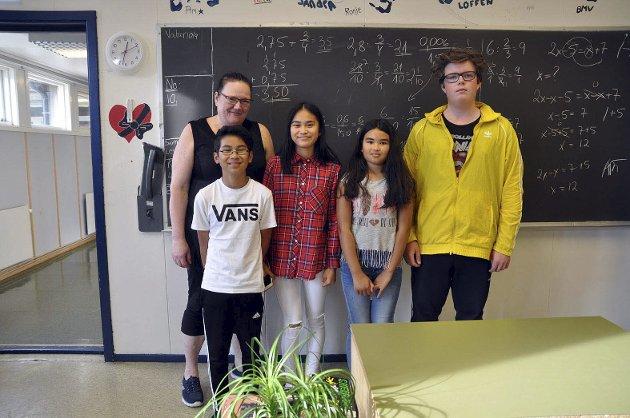 Trives: Elevene ved Gjesvær skole er kun fire i tallet. Her er lærer Helene, Pim, Beng, Marcus og Edina inne på klasserommet.