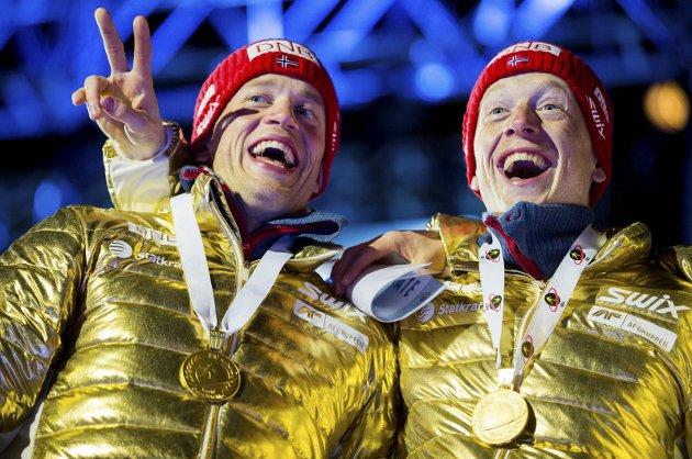 GULLGUTAR: Johannes (til høgre), og Tarjei Bø jublar for stafettgul i Oslo-VM i 2016. Slike scener er det vi benkar oss framfor skjermen for å få med oss frå OL i Pyeonchang, som for dei aller ivrigaste sportsidiotane blant oss blir ei uthaldensheitsprøve med snudde døgnrytmar.