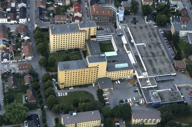 Stridens eple: Nyheten om at det forlatte sykehuset på Cicgnon i Fredrikstad sentrum skal bli asylmottakt for inntil 700 flyktninger i inntil tre år, splitter befolkningen. En meningsmåling FB nylig utførte, viser at knapt halvparten er mot etableringen. Foto: Jon Petter Evensen